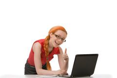 Lächelnde Frau in den Gläsern, die Daumen aufgeben Lizenzfreie Stockfotos