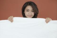 Lächelnde junge schöne Dame Stockfoto
