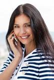 Lächelnde junge schöne Frau, die auf c spricht Lizenzfreie Stockfotografie