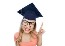 Lächelnde junge Studentenfrau in der Doktorhut Stockfotos