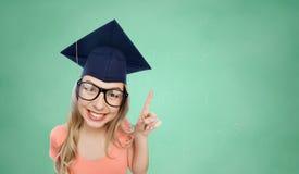 Lächelnde junge Studentenfrau in der Doktorhut Stockfotografie