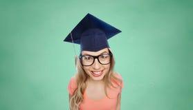 Lächelnde junge Studentenfrau in der Doktorhut Lizenzfreie Stockfotografie