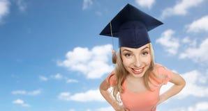 Lächelnde junge Studentenfrau in der Doktorhut Lizenzfreie Stockbilder