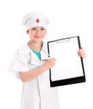 Lächelnde Jungekrankenschwester, die ärztlichen Attest zeigt Stockfoto