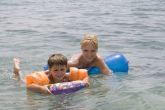 Lächelnde Jungen- und Mammaschwimmen innen Stockbilder