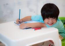 Lächelnde Jungen-Zeichnung und Anstrich Stockbild