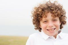Lächelnde Jungenaufstellung Lizenzfreies Stockbild