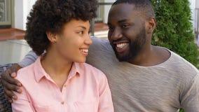 Lächelnde Jungvermählten, die mit Liebe, entspannendes äußeres Haus, Datum sich schauen stock video footage