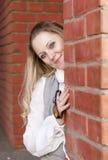 Lächelnde kaukasische blonde Frauen-Aufstellung draußen entspannt in der Stadt Lizenzfreie Stockfotografie