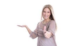 Lächelnde kaukasische Frau, die sich oben und Daumen - vorbei lokalisiert darstellt Lizenzfreie Stockfotografie