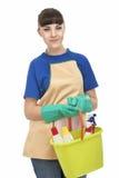 Lächelnde kaukasische Hausfrau Holding Cleaning Gear Stockbilder