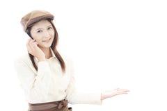 Lächelnde Kellnerin Stockfoto