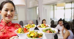 Lächelnde Kellnerin, die Behälter mit Schüsseln Gemüse darstellt stock footage