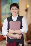 Lächelnde Kellnerin im Restaurant Stockbild