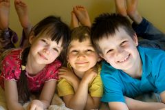 Lächelnde Kinder lizenzfreie stockfotos
