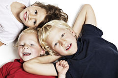 Lächelnde Kinder auf dem Fußboden, der oben schaut Stockfotografie