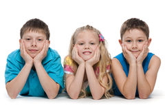 Lächelnde Kinder auf dem Weiß Lizenzfreie Stockfotos