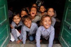 Lächelnde Kinder in der lokalen indischen Schule stockbilder