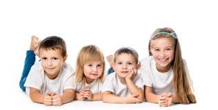 Lächelnde Kinder, die auf dem Boden liegen Lizenzfreies Stockbild