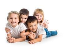 Lächelnde Kinder, die auf dem Boden liegen Stockbild