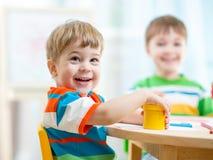 Lächelnde Kinder, die zu Hause malen Stockbilder