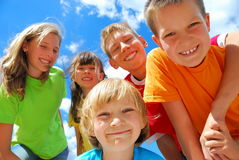 Lächelnde Kinder draußen Stockfoto