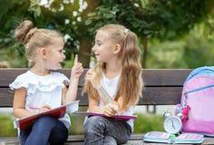 Lächelnde Kinder erfinden Ideen für das Zeichnen Das Konzept der Schule, Studie, Bildung, Freundschaft, Kindheit lizenzfreie stockfotografie