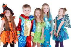 Lächelnde Kinder im Karnevalskostümstand Stockfotografie