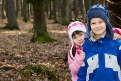 Lächelnde Kinder im Wald Stockfotografie