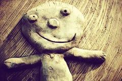 Lächelnde Kinderskulptur auf der Wand Stockbilder