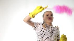 Lächelnde kleine Hausfrau wusch das Fenster mit einem Spray, einem Stoff und einem Reinigungsmittel Großes Glas im Schaum Hausarb stock footage