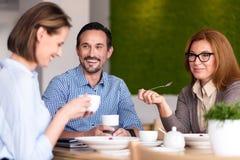 Lächelnde Kollegen, die zu Mittag essen Stockfoto