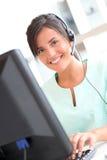 Lächelnde Krankenschwester, die Kopfhörer verwendet Lizenzfreies Stockfoto