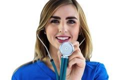 Lächelnde Krankenschwester, die Stethoskop verwendet Stockbilder