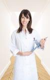 Lächelnde Krankenschwester in einem Flur Stockfotografie