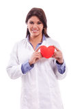 Lächelnde Krankenschwester lokalisiert auf Weiß Stockfotografie