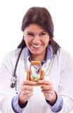 Lächelnde Krankenschwester mit Mauerstein Stockfoto