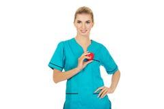Lächelnde Krankenschwester oder Ärztin mit Herzen Lizenzfreies Stockfoto