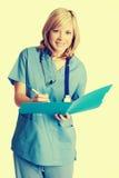 Lächelnde Krankenschwester Taking Notes lizenzfreies stockfoto