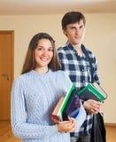Lächelnde Kursteilnehmer mit Büchern Stockbilder