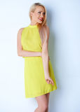 Lächelnde langhaarige blonde Frauenaufstellung Lizenzfreie Stockfotos