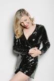 Lächelnde lebhafte Frau in der schwarzen Abendbekleidung Stockfotografie