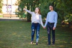 Lächelnde Leute in der Liebe draußen gehend Lizenzfreie Stockbilder