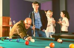 Lächelnde Leute, die Poolspiel haben lizenzfreie stockfotografie