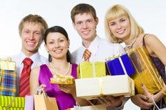 Lächelnde Leute mit Geschenken Stockfotos