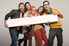 Lächelnde Leute mit leerem Vorstand Stockbild