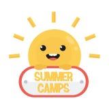 Lächelnde lustige Karikatursonne mit Zeichen Sommerlagerlogo Stockfotos