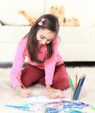 Lächelnde Mädchenfarben mit Bleistiften Foto mit Kopienraum lizenzfreie stockfotos