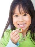 Lächelnde Mädchensammelnerdbeere Glückliches Gesicht Porträt auf weißem b stockfotografie
