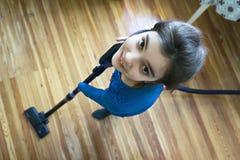 Lächelnde Mädchenvakua lizenzfreie stockfotografie